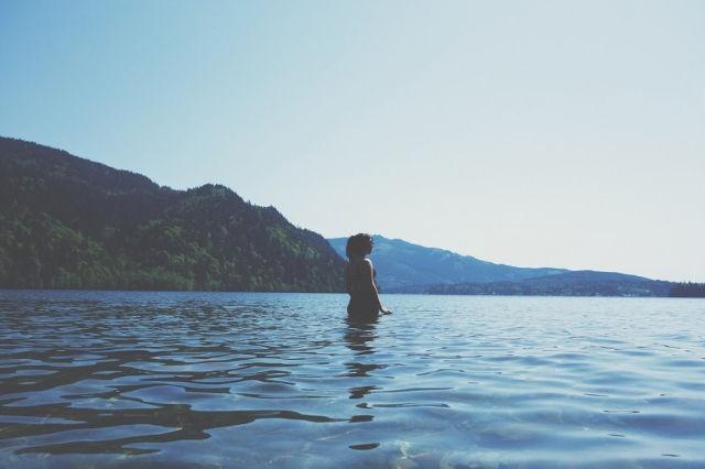 海の中に立っている女性