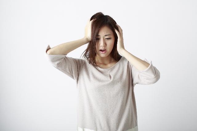 頭を抱えている女性