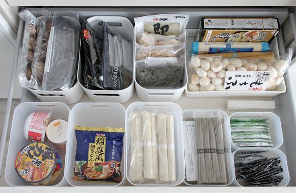100均の積み重ねボックスを使って食材を仕分けるアイデア