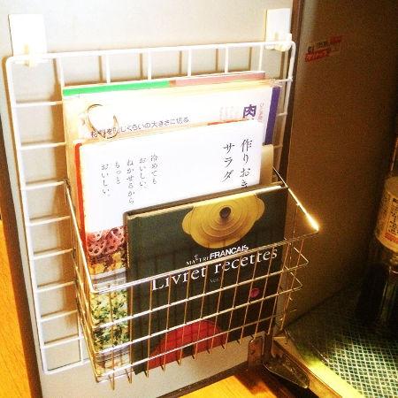 100均のワイヤーネットを使ってシンク下に料理本を収納
