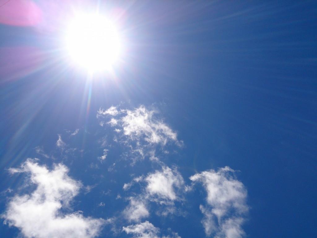青い空に輝いている太陽
