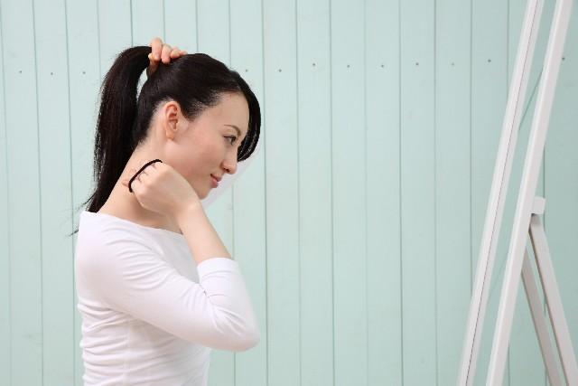 髪を後ろで一本にまとめている女性