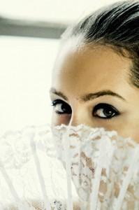 扇子をもっている綺麗な眉毛の女性