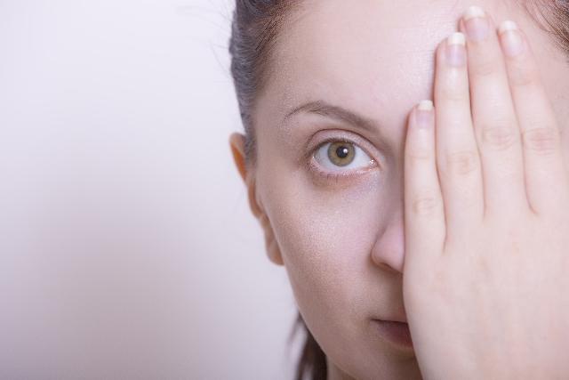 片手で片目を隠している外国人女性
