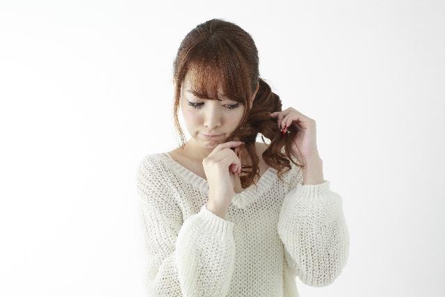 枝毛を気にしている女性