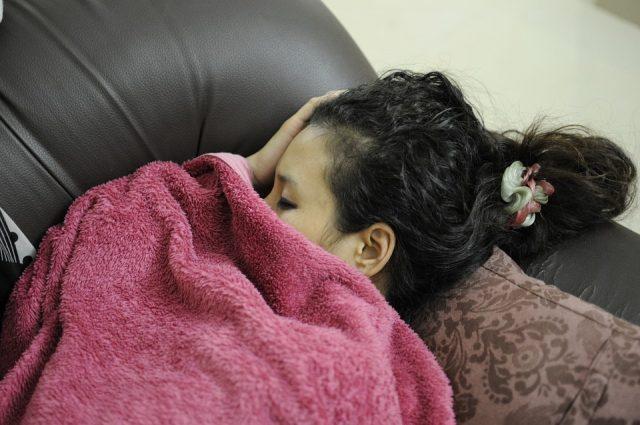 ソファで休むお母さん