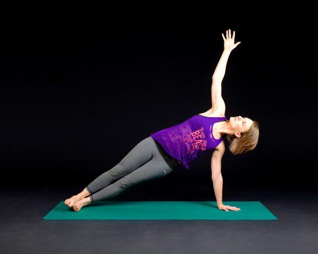 体操する女性