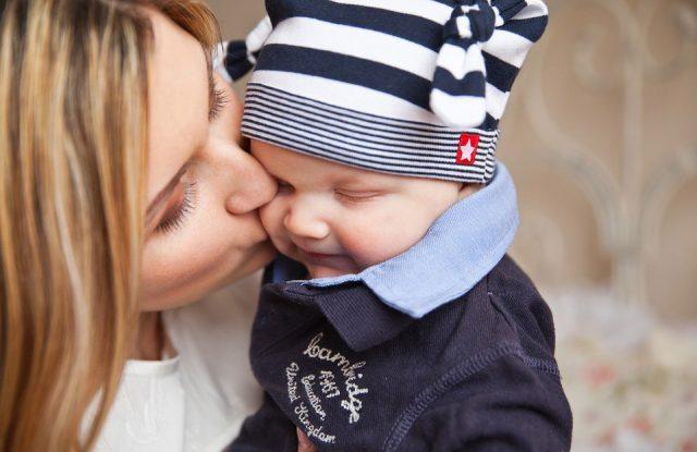 赤ちゃんにキスをする母親