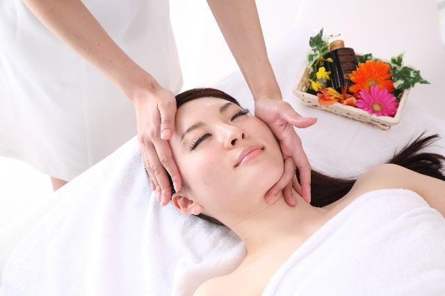 美容クリニックで施術を受ける女性