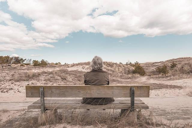 ベンチに座る白髪の老人