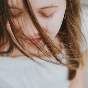 たるみ毛穴を化粧水で解消しよう!たるみがちな加齢肌の原因と解消法とは?