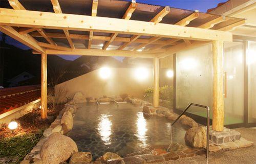 明るい照明の露天風呂