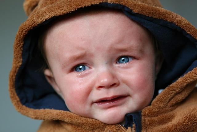 泣きべそをかく赤ちゃん