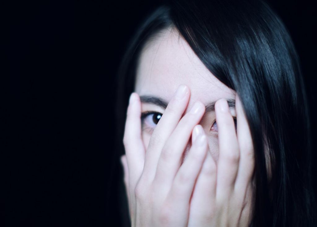 顔を覆う女性