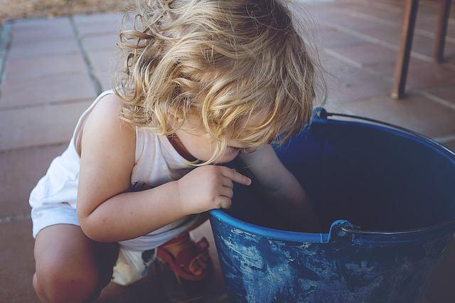 バケツの水で遊ぶ赤ちゃん