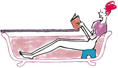 半身浴で読書する女性
