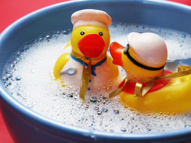 風呂桶に浮かぶアヒルの玩具