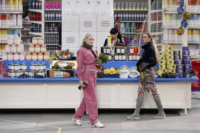 シャネルが「スーパー開店」、パリコレでユニークな舞台演出
