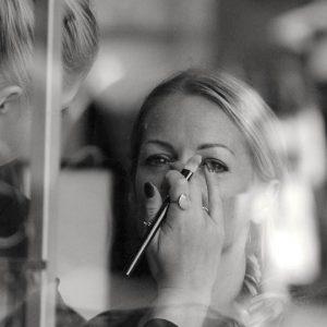 緊張する人必見!美容部員さんを味方につけるコツと上手なコスメカウンターの活用方法
