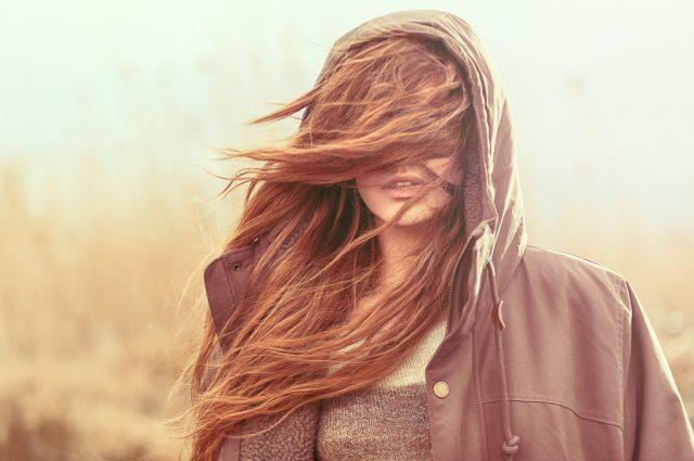紫外線などによってダメージを受けキューティクルを失ってしまったパサパサの髪の毛