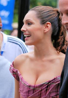 豊満な胸元の女性