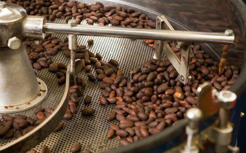 焙煎されるカカオ豆