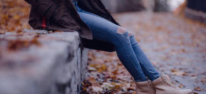 ひざの黒ずみの原因は?効果的な改善ケアや予防方法をご紹介