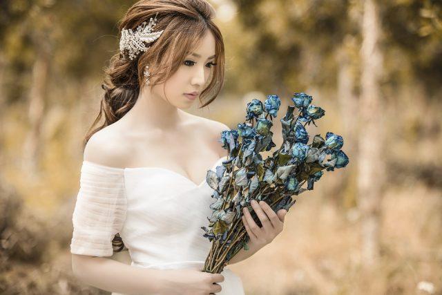 オフショルダードレスが似合うデコルテの美しい女性