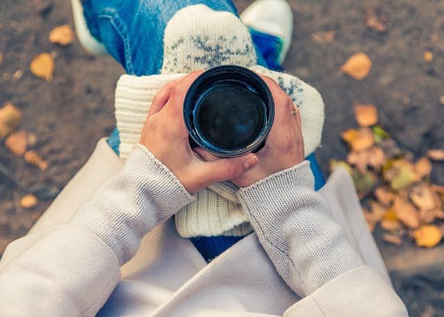 ベンチでコーヒー
