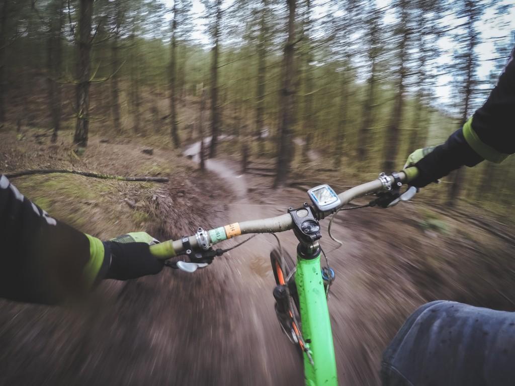 森の斜面を駆け降りるマウンテンバイク