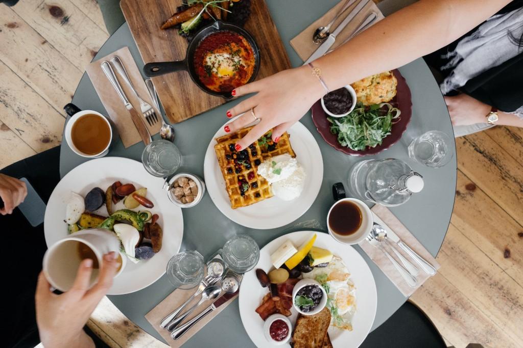 色とりどりの食事を乗せたテーブル