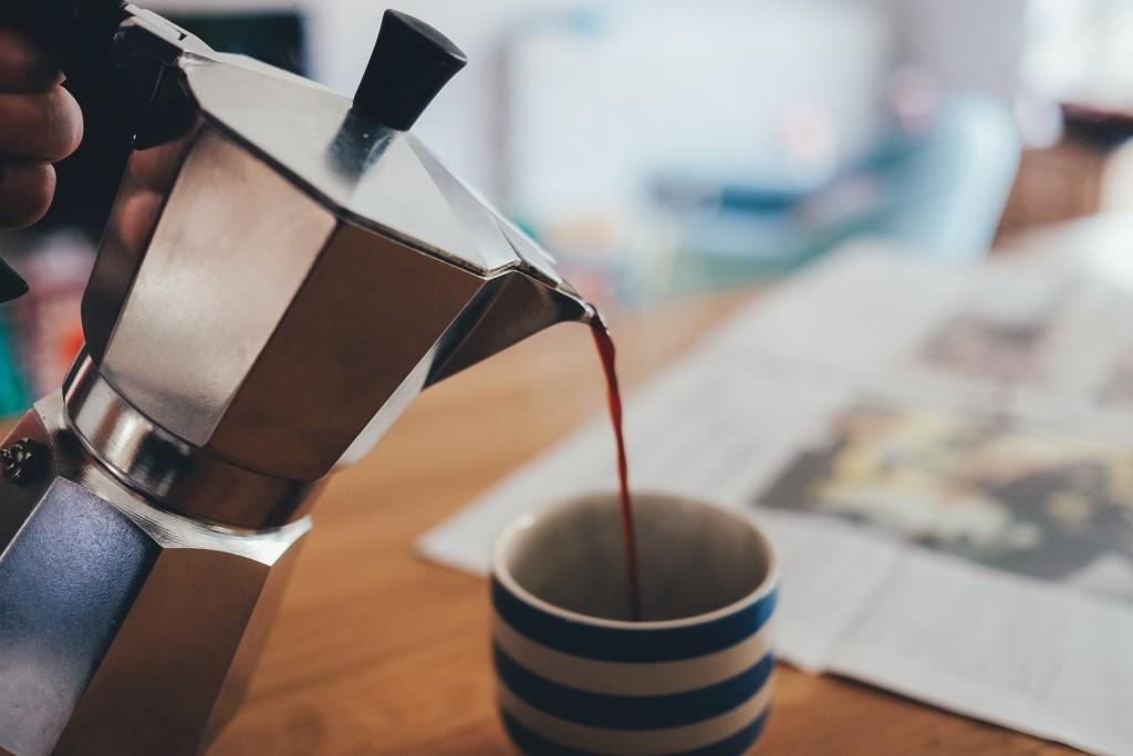 ポットから注がれるコーヒー