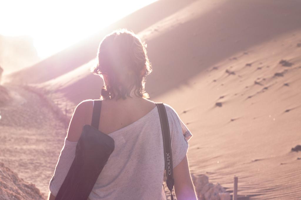 乾燥地帯に立つ女性