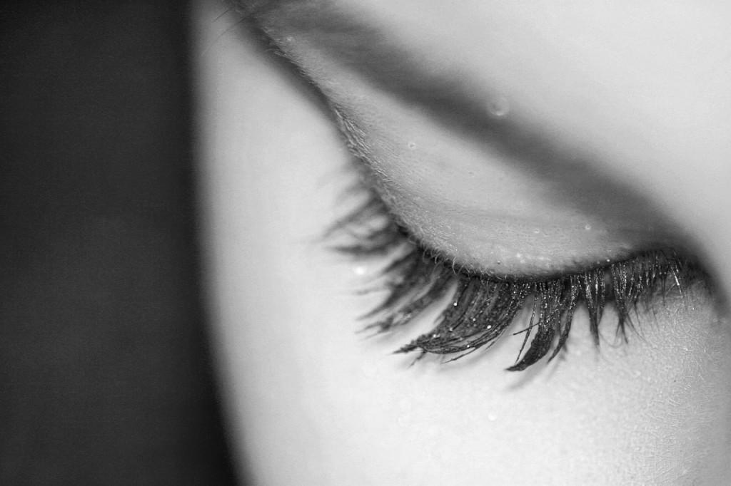 凛とした目元の女性の白黒写真