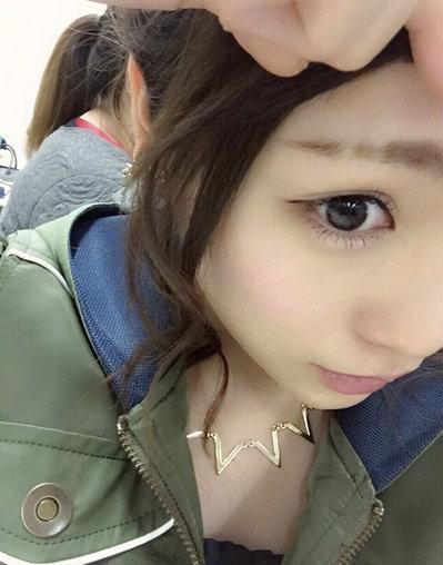 自信のブログで剃りこみ失敗眉毛を披露するAKB48の川栄李奈さん