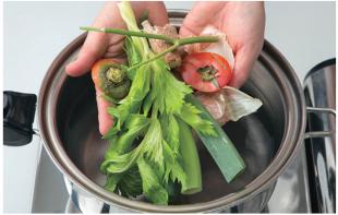 野菜のくず、切れ端を鍋に入れる
