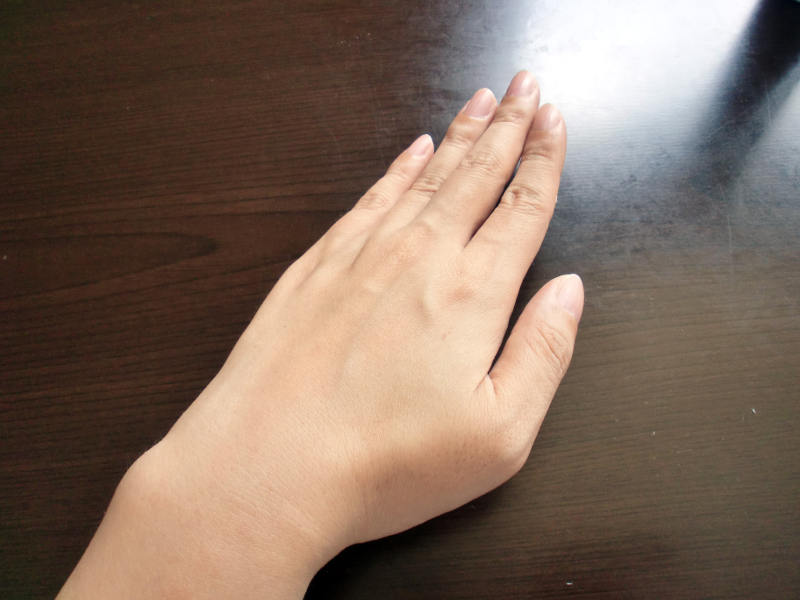 ファムズベビーを塗った後の手の甲
