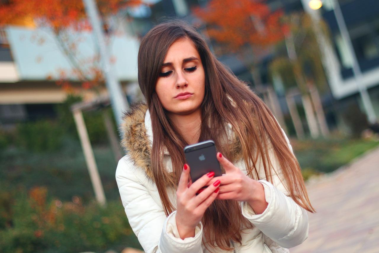 スマートフォンで調べものをする女性