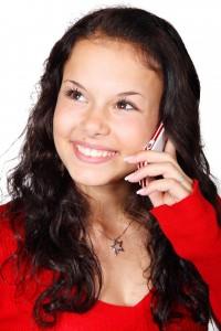 電話で問合せする女性