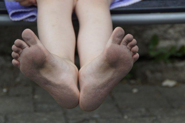汚れた足の裏