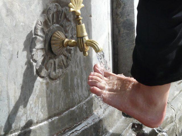 しっかりと足を洗う
