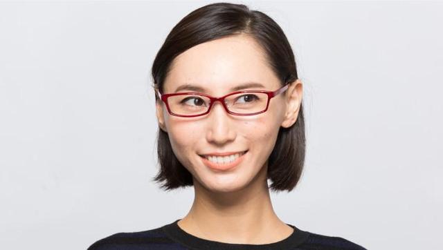 眉毛の形は眼鏡のフレームの形に合わせると自然に見える。