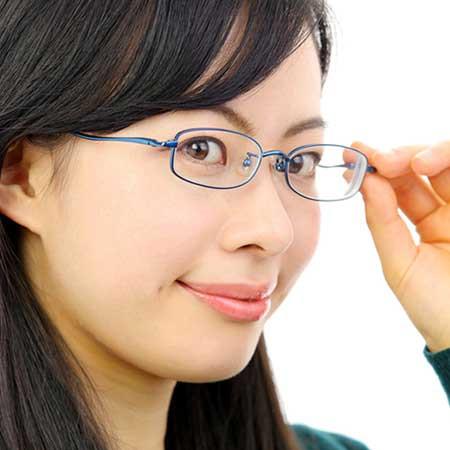 眉毛は、フレームに対して角度をつけると仕事ができる印象に!
