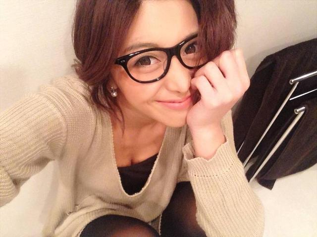黒縁メガネの女性