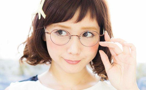 細縁メガネ、濃い目のチークでふんわり可愛く