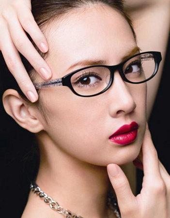 黒フレームのメガネに赤のリップで色気を演出