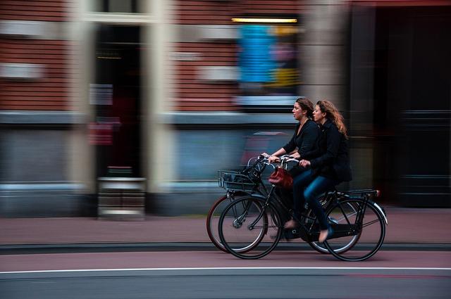 力いっぱいスピードを上げて自転車をこぐ