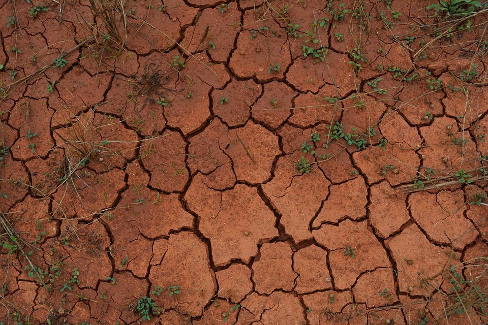肌の乾燥をイメージした、ひび割れた地面