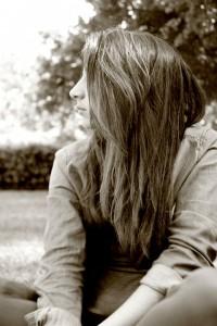 寂しさを感じさせる髪の長い女性