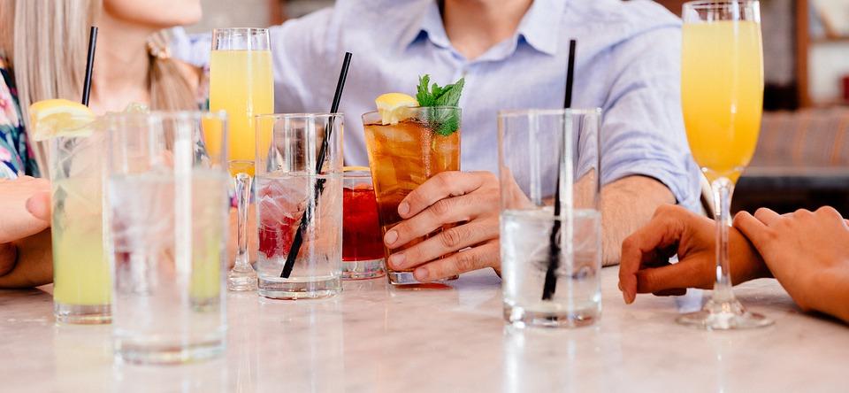 テーブルを囲い会話を楽しむ男女